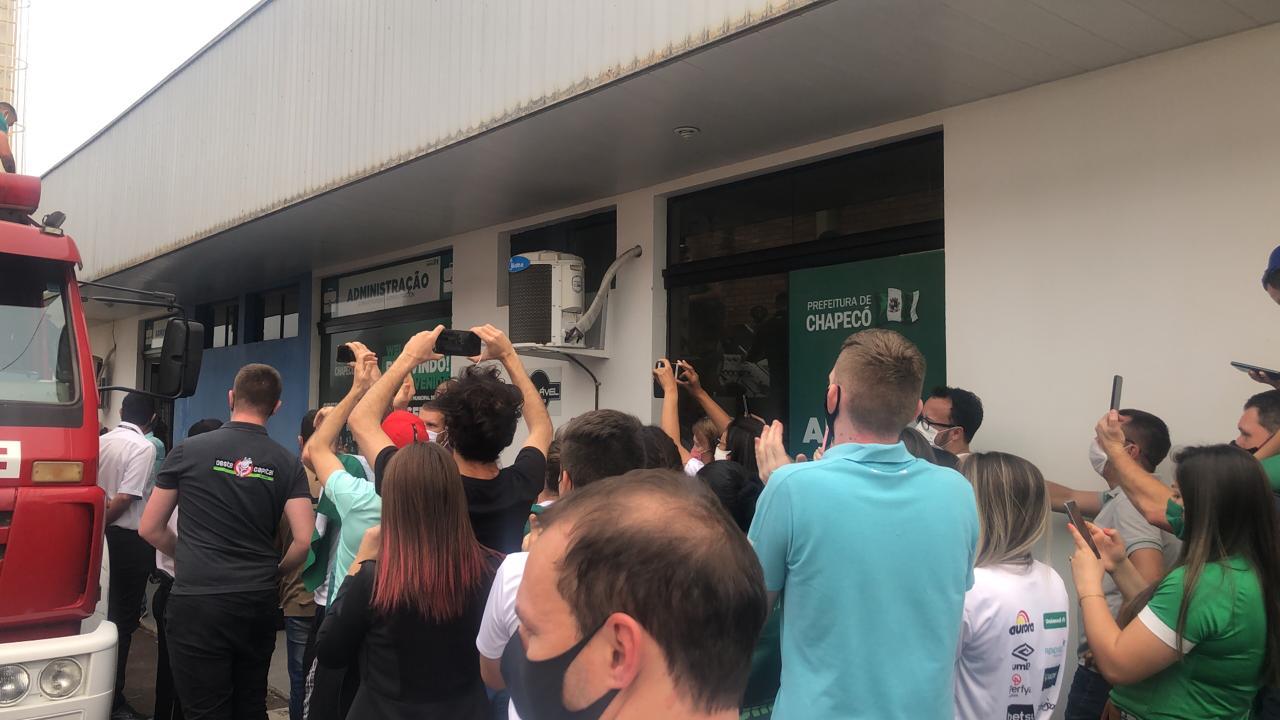 Torcedores e jogadores comemoravam o heptacampeonato no aeroporto em Chapecó - Willian Ricardo/ND