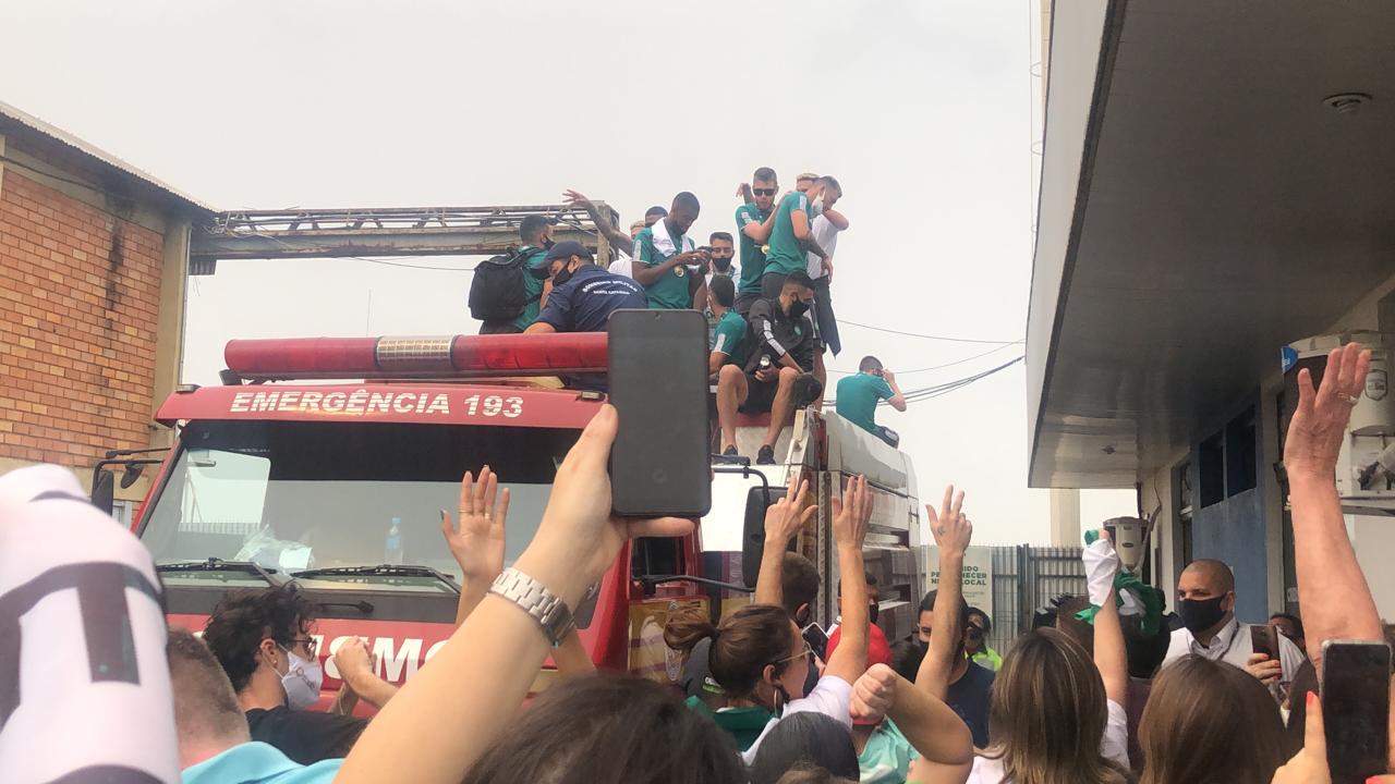 Em cima do caminhão do Corpo de Bombeiros, os jogadores desfilaram pelas ruas centrais da cidade - Willian Ricardo/ND