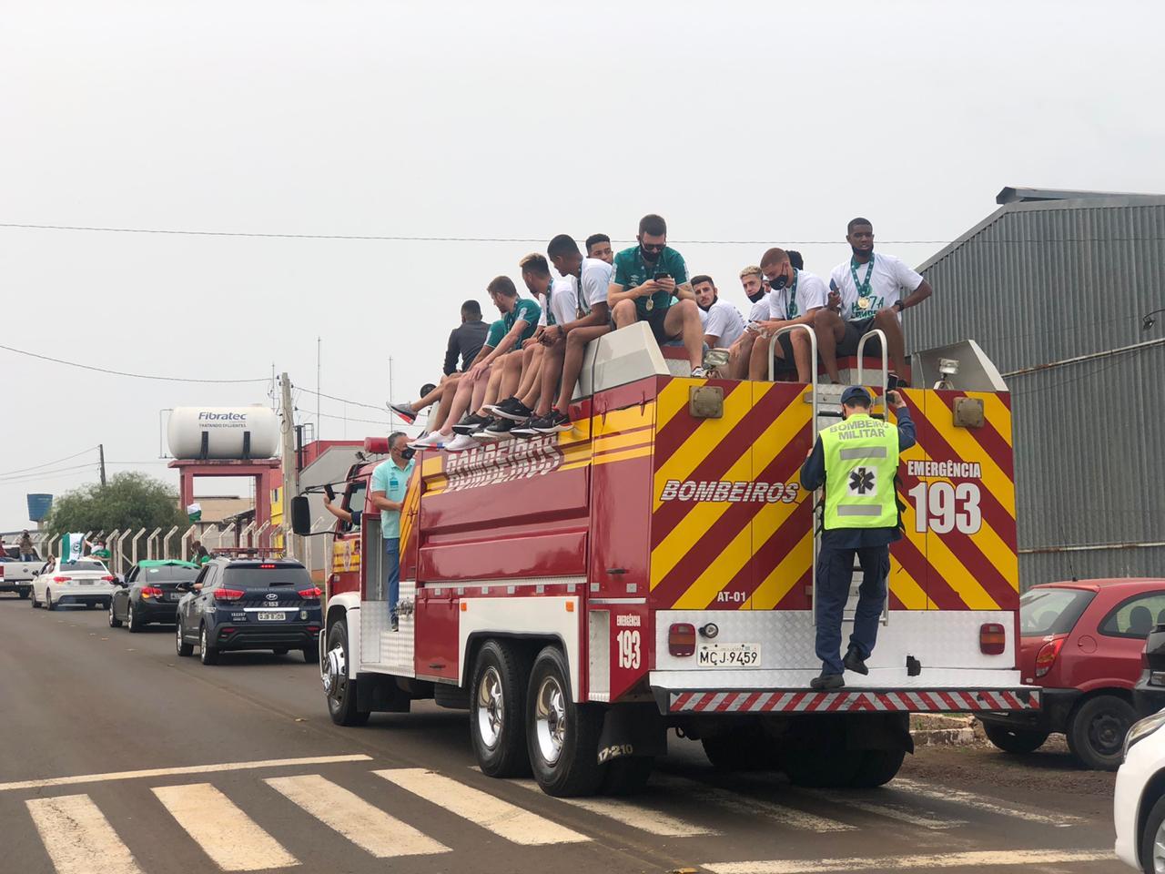 Bombeiros prestaram auxílio para levar os jogadores até o centro de Chapecó - Willian Ricardo/ND