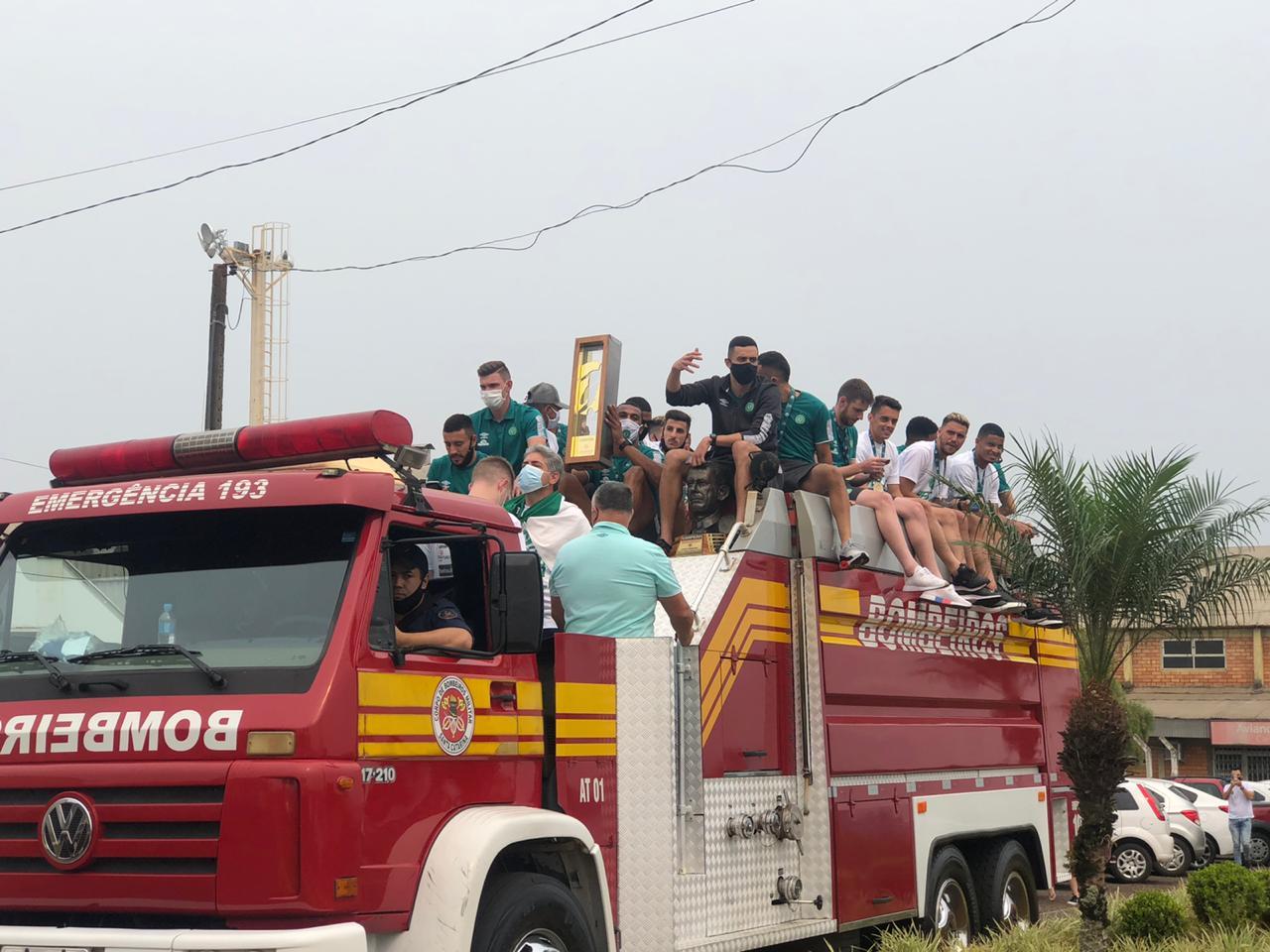 Taça do heptacampeonato é levada pelos jogadores em cima do caminhão do Corpo de Bombeiros - Willian Ricardo/ND