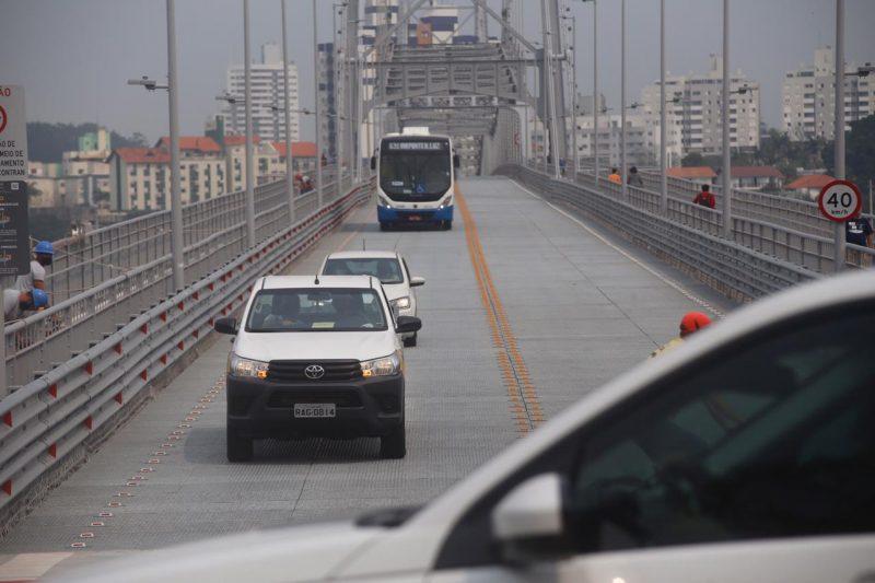 Tráfego de veículos privados é reaberto na Ponte Hercílio Luz após 38 anos