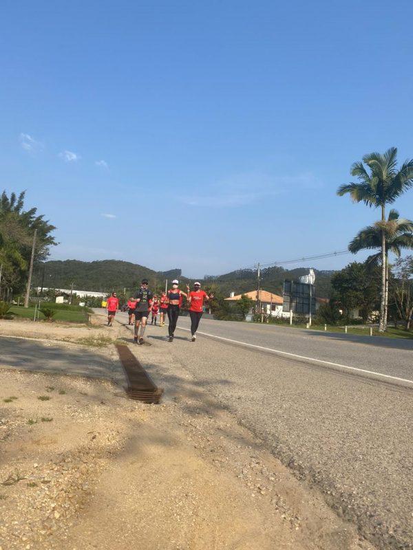 Ao longo do trajeto, Mell contou com o auxílio de outras pessoas, que revezavam para acompanhá-la e ditar o ritmo a cada 5 quilômetros – Foto: Arquivo pessoal/ND