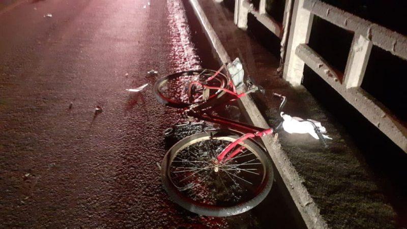 Ciclista foi atingido por um carro na ponte do rio Itoupava – Foto: PMRv/Divulgação/ND