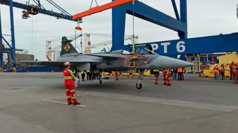 Caça sueco Gripen chegou ao Porto de Navegantes neste domingo (20) – Foto: Reprodução/Youtube/ND