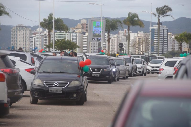 Cerca de 200 veículos participaram da movimentação. A concentração teve início às 13h e a saída às 14h30. Foram utilizados balões nas cores vermelha e amarela. – Foto: Anderson Coelho/ND