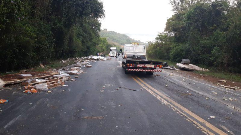 Imagens divulgadas pela PRF (Polícia Rodoviária Federal) mostram a destruição dos veículos em um acidente de trânsito, no fim da madrugada desta sexta-feira (25), no Extremo-Oeste de Santa Catarina. – Foto: PRF/ND