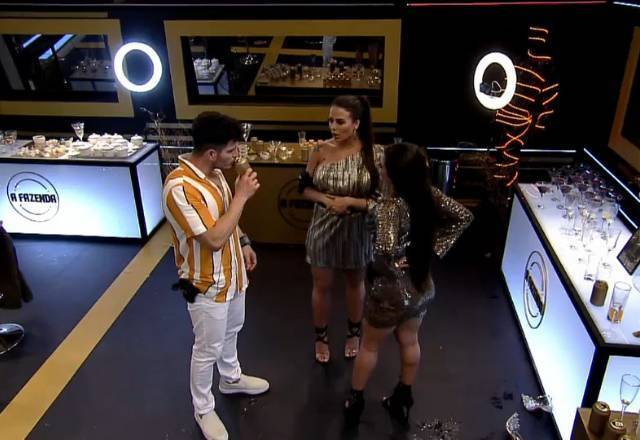 Já no final da festa, Victória Villarim tentou até formar um novo casal: JP Gadêlha e Raissa Barbosa – Foto: Reprodução/PlayPlus