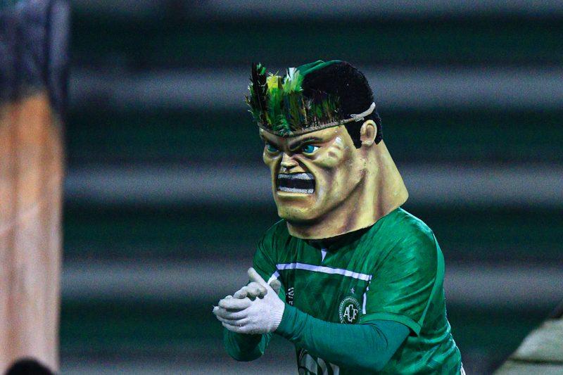 Mascote da Chapecoense esfregando suas mãos: prenúncio de vitória? – Foto: Márcio Cunha/AFC/divulgação