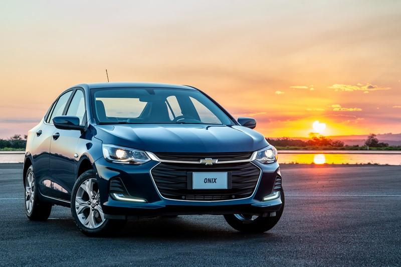 Chevrolet Onix Plus e Onix hatch: a dupla conta com um bom espaço interno e um bom custo-benefício nas versões aspiradas e nas turbinadas de entrada - Foto: Divulgação/GM/Garagem 360/ND