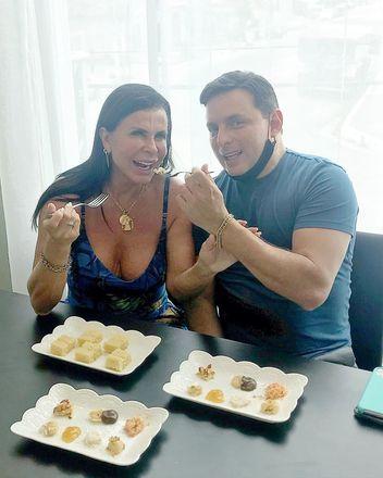 """Os noivos pediram para o cake designer Milton Santos um bolo de cinco andares, com recheio de castanha do pará. O especialista confessou que Gretchen """"foi super criteriosa nos detalhes"""" – Foto: Reprodução/Instagram"""