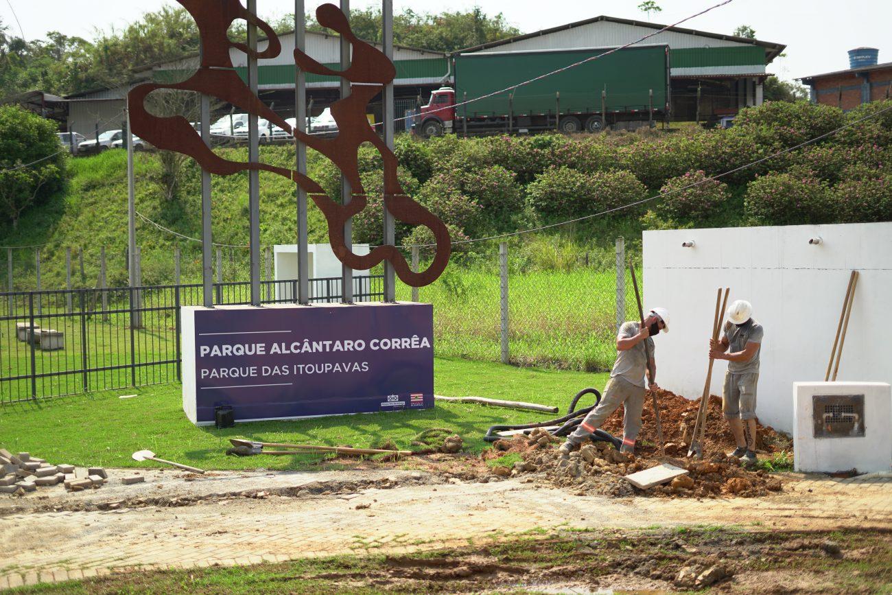 Nesta quinta-feira (10), profissionais faziam a instalação de postes na entrada do parque - Vinicius Bretzke/NDTV