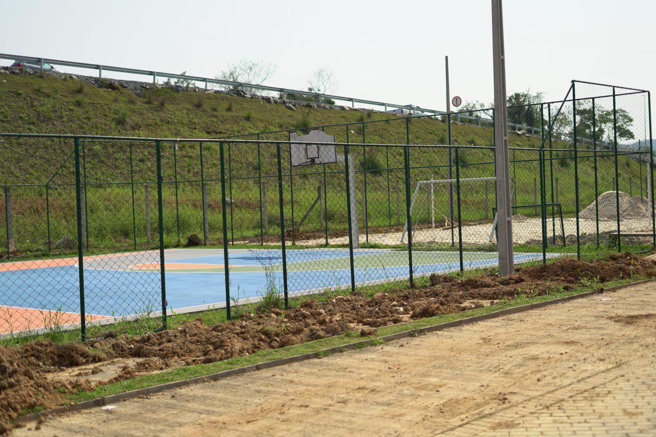 A quadra recebeu pintura, mas a grade de proteção e tabela cesta de basquete precisam de reparos - Vinicius Bretzke/NDTV
