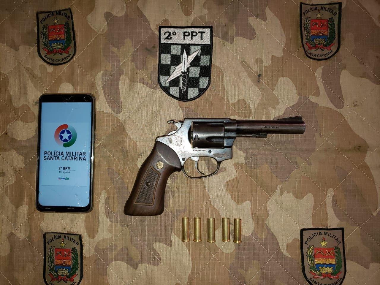 Arma foi localizada pela PM após o jovem ser detido no Bairro Eldorado - PM Chapecó/ND