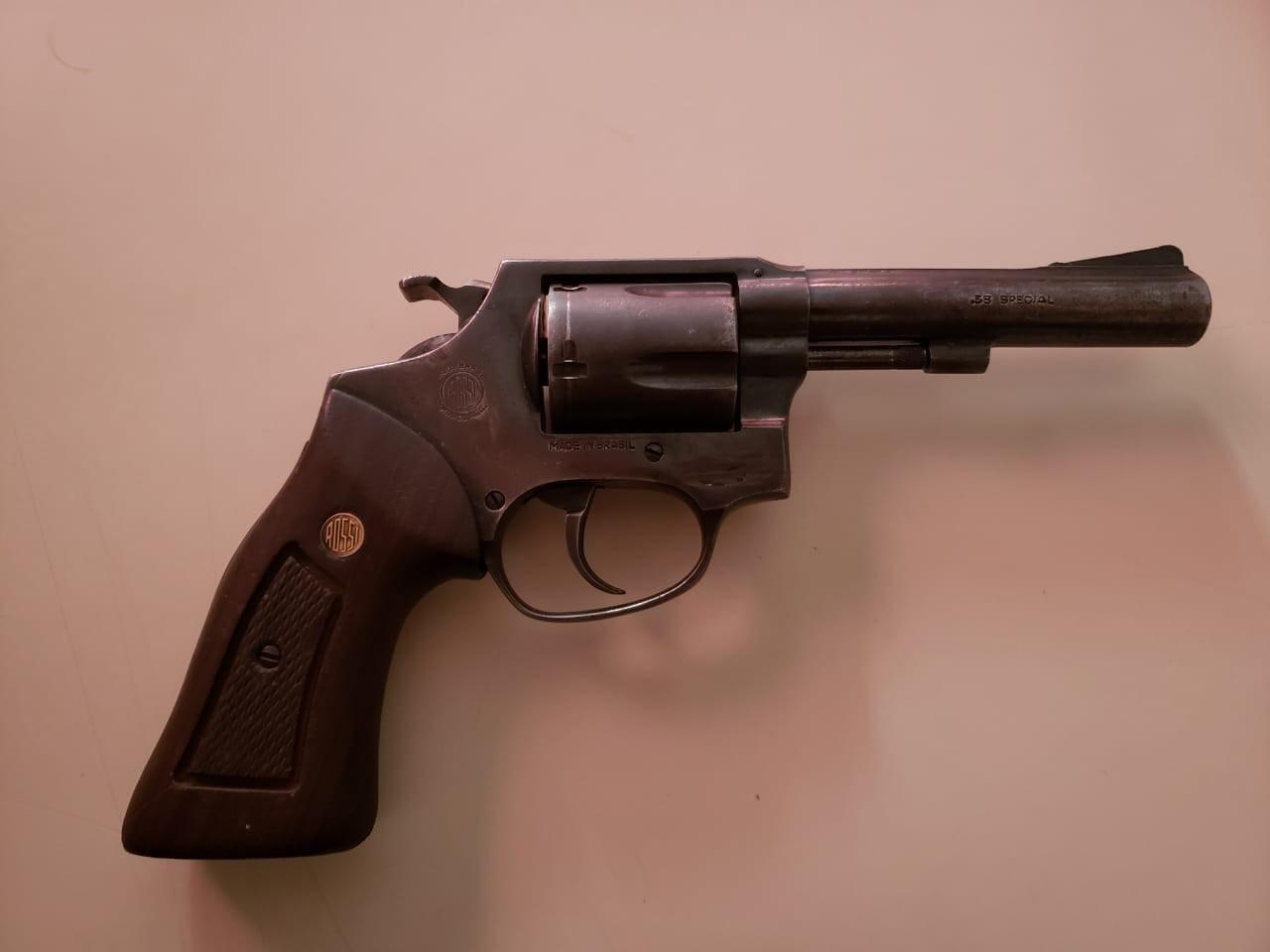 A arma utilizada pelo jovem é um revólver calibre 38 - PM/ND