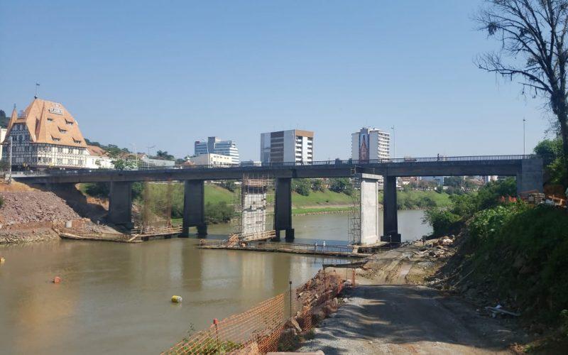 Imagem mostra as obras de duplicação da Ponte Adolfo Konder, no Centro de Blumenau
