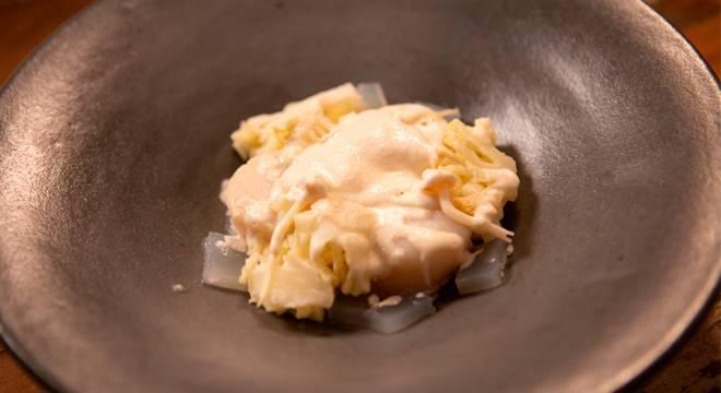 No oitavo episódio do reality, o Desafio de Eliminação consistia em fazer um prato monocromático. Maiara apostou em vieiras, um picles de couve-flor, purê de couve-flor, creme de amêndoas, picles de maçã e um gel de alho poró. Acompanhe a reta final de Top Chef Brasil! O reality vai ao ar toda sexta-feira, a partir das 23h00, na tela da Record TV – Foto: Divulgação/Record TV