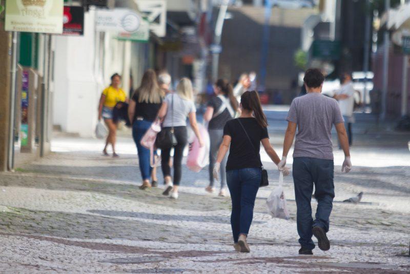 Pessoas andando nas ruas de Florianópolis durante a pandemia