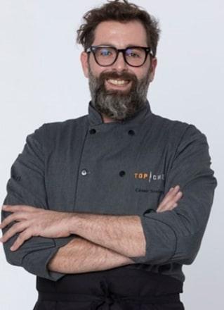 """César Scolari, de 39 anos, nasceu em Alvorada do Sul (PR) e atualmente mora em Sâo Paulo (SP). César conquistou os jurados e os outros competidores com a sua energia e leveza na cozinha. """"Participar do Top Chef é um sonho e uma oportunidade única"""", disse o chef – Foto: Divulgação/Record TV"""