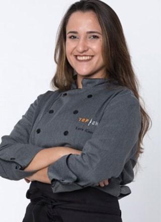 Lara Carolina tem 25 anos e nasceu em Macaé (RJ), mas mora em São Paulo (SP). No reality, ela mostrou que se dá bem com todos e que é uma grande cozinheira! – Foto: Divulgação/Record TV