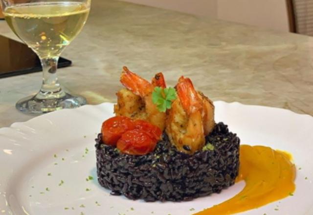 Usando a hashtag #EuTopChef, fãs do reality gastronômico da Record TV mostraram que sabem inovar o cardápio com cor e sabor! A internauta Gabriela Carvalho postou um arroz negro com camarão e creme de abóbora de encher os olhos! – Foto: Reprodução/Instagram