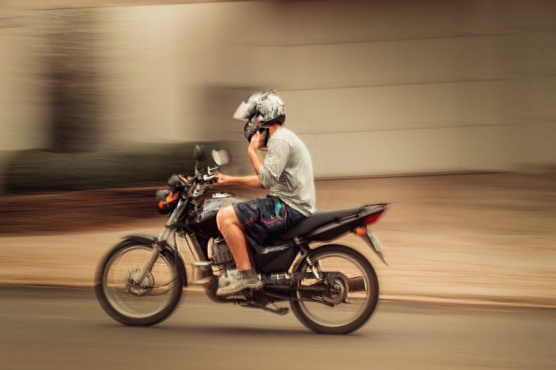 A intenção do fotógrafo é gerar conscientização nos motoristas, levando-os a pensar um pouco mais antes de conferir o aparelho com o carro em movimento. – Foto: Nathan Cazella