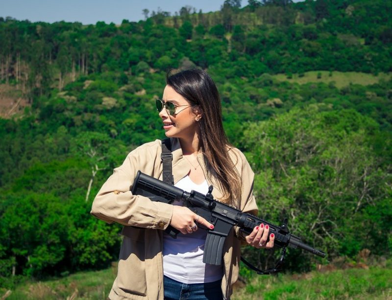 Deputada federal de SC se exibe com fuzil na web e internautas reagem – Foto: Reprodução/ND