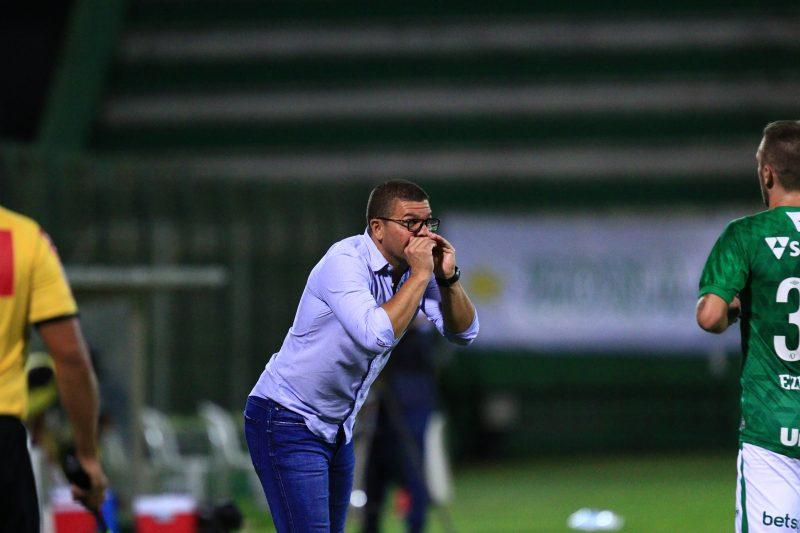 Técnico da Chapecoense, Umberto Louzer. Manutenção do profissional, para 2021, foi o grande reforço do Verdão do Oeste para a temporada, até aqui – Foto: Márcio Cunha/ACF/Divulgação