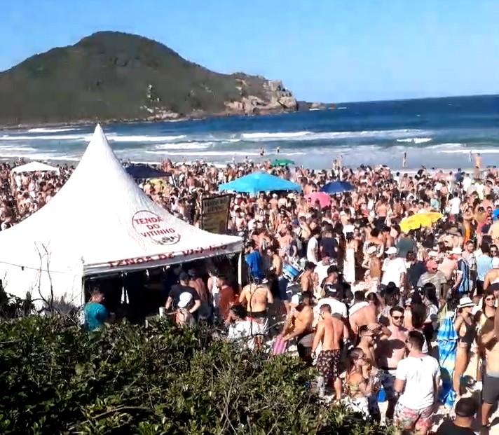 Praia do Rosa, em Imbituba, ficou cheia neste feriadão de sol. – Foto: Divulgação