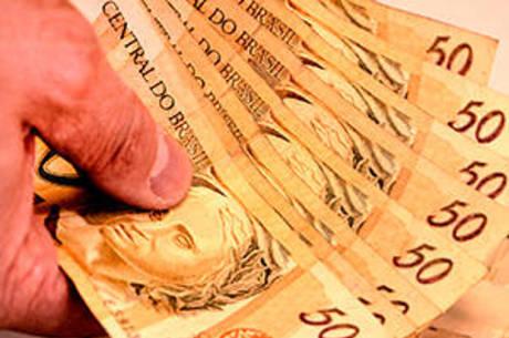 É preciso ter cautela antes de pedir empréstimo, em muitos casos, abusivos – Foto: Itaci Batista/Estadão Conteúdo