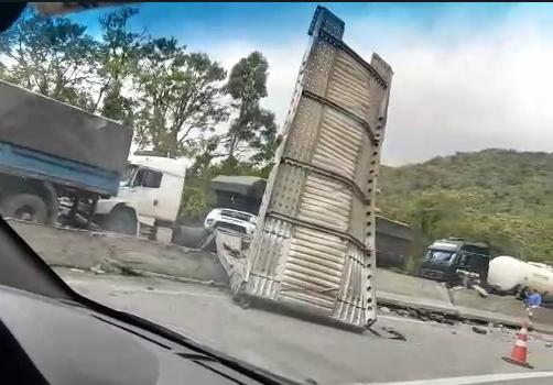 Segundo a Polícia Rodoviária Federal e a Auto Pista Litoral Sul, um dos veículos que caiu do caminhão-cegonha acabou atingindo um carro que seguia no sentido Curitiba. O motorista morreu no local do acidente. - Reprodução/ND