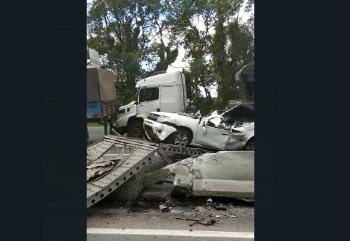 Um caminhão cegonha tombou na BR-277, km 43, por volta das 16h15 desta sexta-feira (16), em Morretes (PR). O caminhão transitava no sentido Litoral. Cinco dos carros que eram transportados pela cegonheira caíram na pista sentido Curitiba. - Reprodução/ND