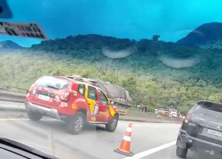 O caminhão transitava no sentido Litoral na tarde desta sexta-feira, dia 16, quando cinco carros caíram na pista sentido Curitiba - Reprodução/ND
