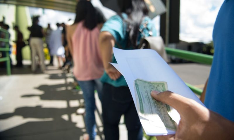 Eleitor na fila para votação