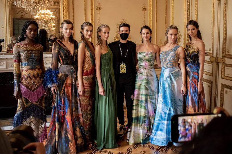 O Paris Fashion Week, um dos eventos mais importantes do mundo da moda, aconteceu no último sábado (3). O desfile contou com a presença de uma equipe de brasileiros na França. – Foto: Divulgação/Alessandra Chastalo/ND