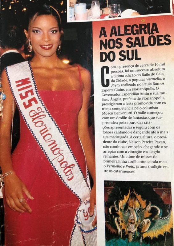 """Blanca Soares estampando a cobertura do Baile da Cidade (Vermelho e Preto), no Carnaval 1999 do Paula Ramos Esporte Clube, publicada na revista """"Manchete"""" – Foto: Reprodução/Manchete/ND"""
