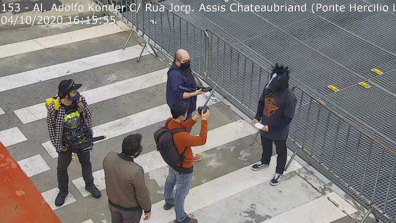 """Talvez a cena mais curiosa citado pelos usuários foi a aparição do """"homem-cavalo"""" na ponte no início de outubro. Na ocasião, tratava-se da gravação de um curta-metragem sobre café feito pelo dono de uma cafeteria com a temática do cavalo no Centro de Florianópolis. – Foto: Reprodução/Twitter"""