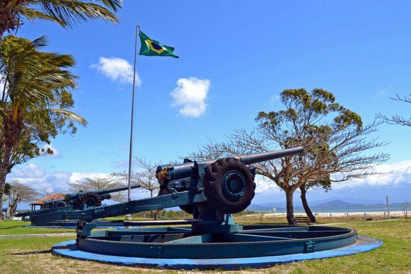 Forte Marechal Luz abriga uma bateria de artilharia, composta por quatro canhões. Além disso, anexo ao Forte, está um museu com objetos bélicos, mapas, documentos, equipamentos rudimentares de comunicação, entre outros artefatos utilizados na época – Foto: Secretaria de Turismo de São Francisco do Sul/Divulgação