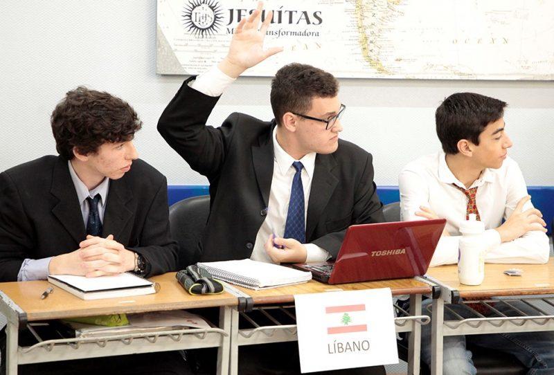 Prática simula reuniões da ONU para tratar de assuntos globais, com comissões formadas por alunos com opiniões diferentes para debates das ideias. Imagem feita em 2019. Acervo/Colégio Catarinense