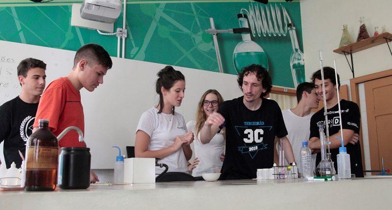 A Monitoria Estudantil é um projeto no qual os alunos do CC aprendem ensinando jovens de escolas públicas de Florianópolis, ou ensinam e aprendem entre alunos do próprio Colégio. Foto de 2019. Foto: Acervo/Colégio Catarinense