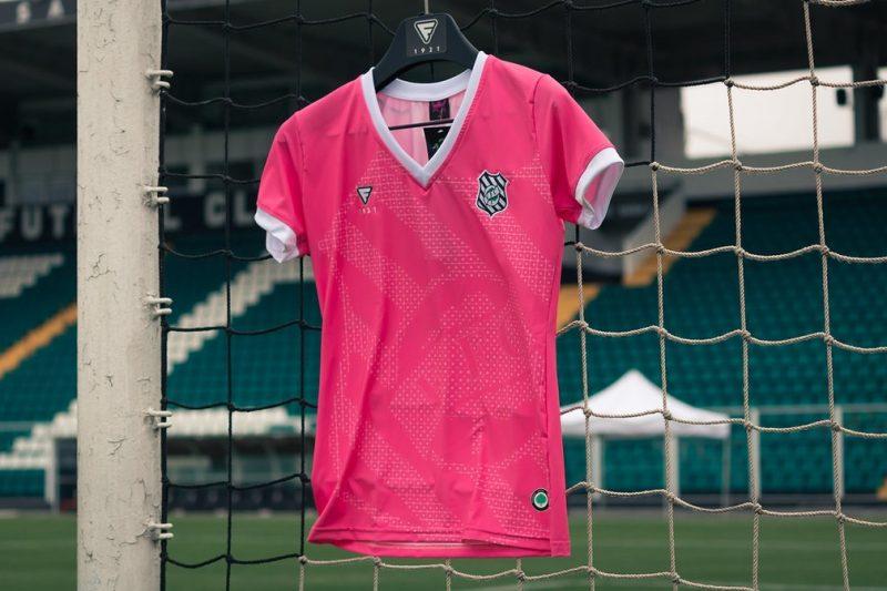 Já o Figueirense, por meio de sua marca própria, também criou a camisa rosa, com o escudo em detalhe – Foto: Patrick Floriani/FFC/ND