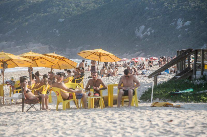 Em Florianópolis, banhistas aproveitaram o clima quente para curtir a praia – Foto: Anderson Coelho/ND