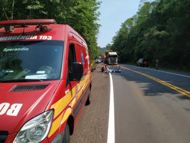A jovem fazia o sentido Cunha Porã a Palmitos quando perdeu o controle da motocicleta e colidiu com a carreta. – Foto: Corpo de Bombeiros/Divulgação/ND