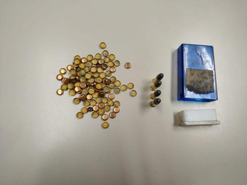 Na casa o cão farejador da polícia encontrou munições de calibre nominal 22 – Foto: Polícia Civil