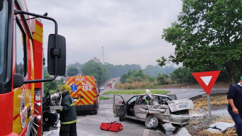 A batida entre um carro e um caminhão nesta manhã de quinta-feira (8) em Cordilheira Alta, no Oeste do Estado, deixou um homem de 86 anos ferido. O acidente aconteceu por volta das 11h na BR-282. – Foto: Bombeiros/ND