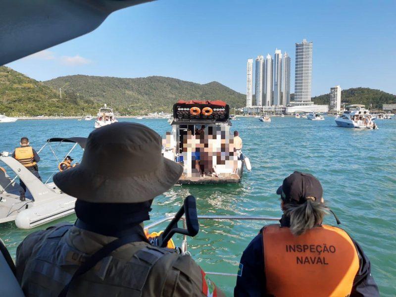 Fiscalização também ocorreu no mar, pela Marinha e pela Polícia Militar. – Foto: Divulgação/12 BPM Balneário Camboriú