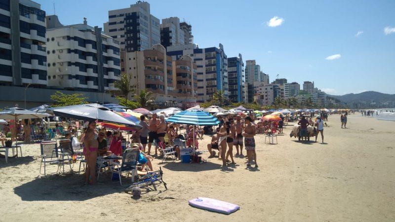 Praia de Itapema lotada no domingo de feriadão em Santa Catarina. – Foto: Eliane Figueiredo/Divulgação/ND