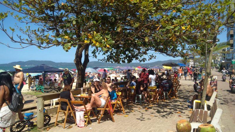 Muitos turistas escolheram a praia de Itapema para aproveitar o feriadão – Foto: Eliane Figueiredo/Divulgação/ND