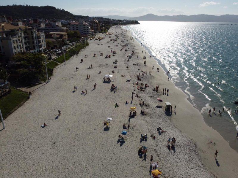 Na Capital, a Praia de Canasvieiras, no Norte da Ilha, também ficou cheia neste domingo. – Foto: Anderson Coelho/ND