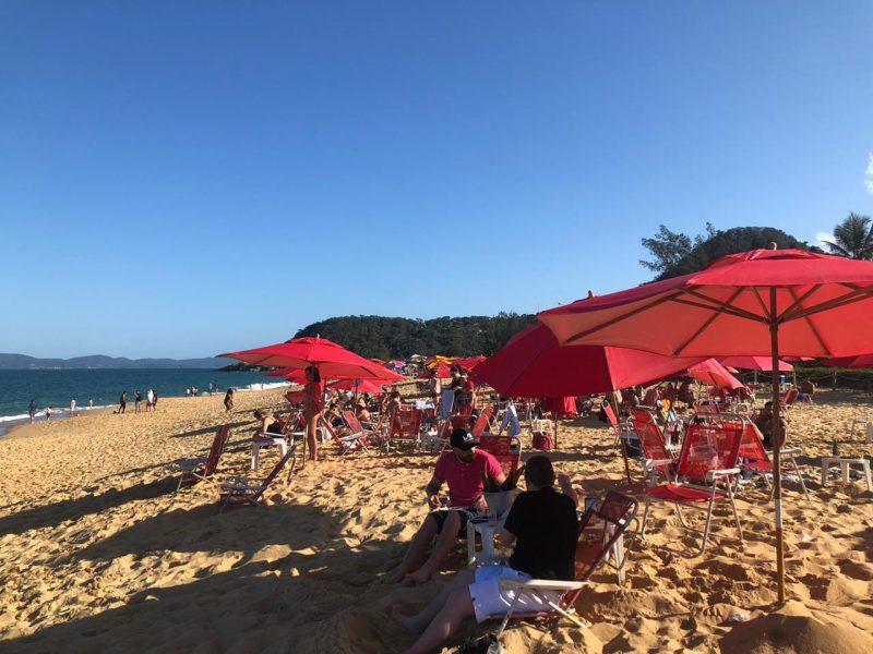Em Balneário Camboriú, a Praia do Estaleiro também recebeu turistas e moradores, que aproveitaram o feriado e o calorão na praia. – Foto: Willian Ricardo/ND