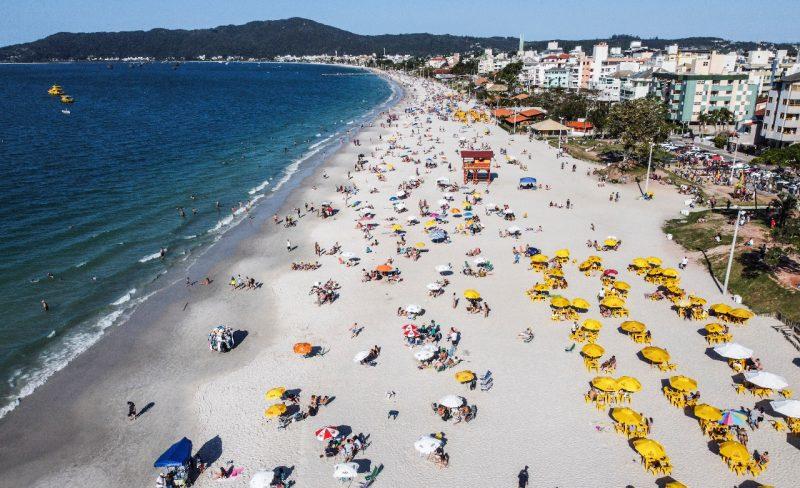 A praia de Canasvieiras, no Norte da Ilha, recebeu moradores e turistas que aproveitaram o feriadão. – Foto: Anderson Coelho/ND